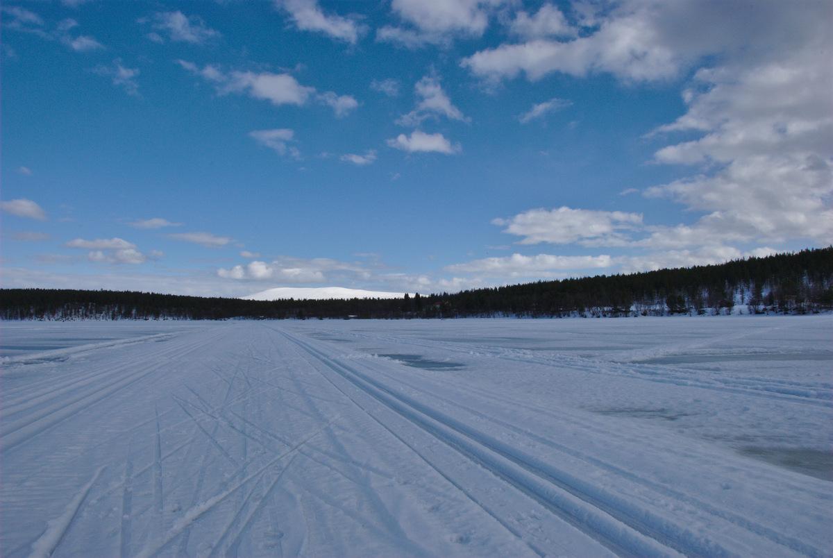 Skiing tracks on lake Ounasjärvi